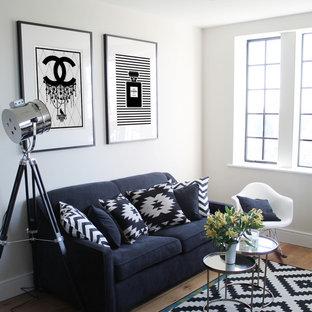 Ispirazione per un piccolo soggiorno minimal aperto con pareti bianche, pavimento in legno massello medio, nessun camino e TV autoportante