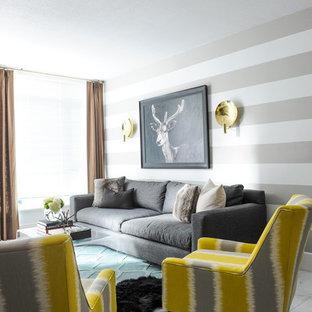 Esempio di un soggiorno boho chic di medie dimensioni e aperto con pareti multicolore, pavimento in marmo, camino sospeso, cornice del camino in legno e pavimento grigio