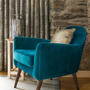 Diseño de salón abierto, marinero, pequeño, con suelo de madera oscura, estufa de leña y suelo beige