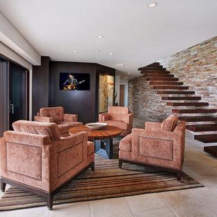 Imagen de salón para visitas abierto, contemporáneo, de tamaño medio, sin chimenea, con paredes beige, suelo de piedra caliza, televisor colgado en la pared y suelo beige