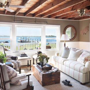 Ejemplo de salón costero, sin televisor, con paredes marrones