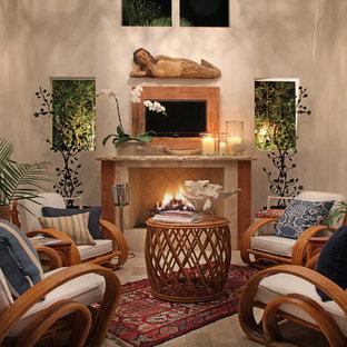 マイアミの小さいトロピカルスタイルのおしゃれなリビング (標準型暖炉) の写真