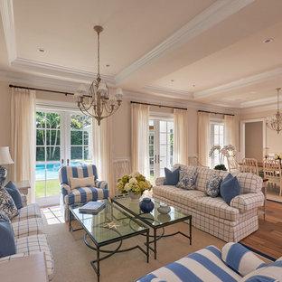 Ejemplo de salón para visitas abierto, marinero, grande, sin televisor, con paredes beige y suelo de madera en tonos medios