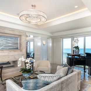 Cette photo montre un salon bord de mer avec une salle de musique, un mur blanc, aucun téléviseur et un sol beige.