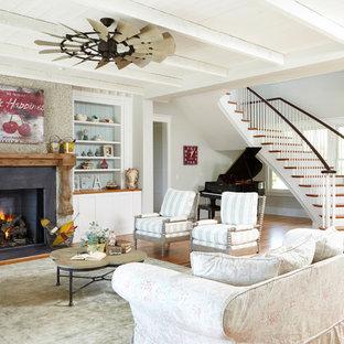 Cette image montre un salon marin ouvert avec une salle de musique, un mur gris et une cheminée standard.