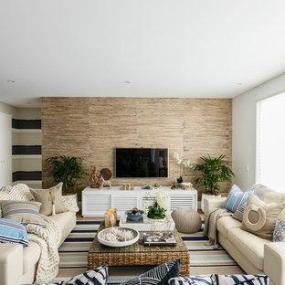 シドニーの中サイズのビーチスタイルのおしゃれなLDK (白い壁、淡色無垢フローリング、暖炉なし、壁掛け型テレビ) の写真