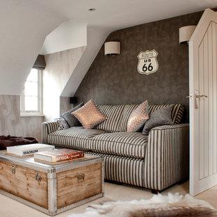 Diseño de salón costero con paredes grises y moqueta