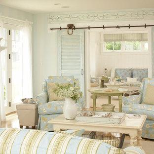 Ispirazione per un soggiorno stile marino di medie dimensioni e aperto con pareti bianche, parquet chiaro, camino classico, cornice del camino in pietra e pavimento beige