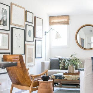 Cette image montre un petit salon rustique ouvert avec un mur blanc et un sol en vinyl.