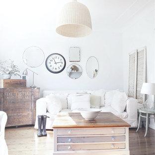 Idéer för att renovera ett shabby chic-inspirerat vardagsrum, med vita väggar och ljust trägolv