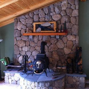 Esempio di un soggiorno rustico stile loft con pareti verdi, moquette, stufa a legna, cornice del camino in pietra, pavimento bianco e nessuna TV