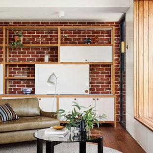 Idee per un piccolo soggiorno contemporaneo aperto con pareti marroni, TV nascosta, pavimento marrone e pavimento in legno massello medio
