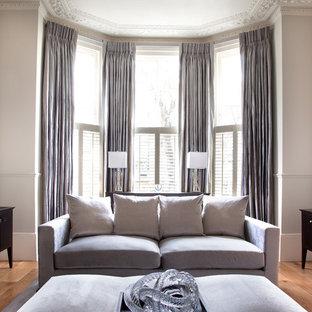 Свежая идея для дизайна: парадная гостиная комната в викторианском стиле с серыми стенами и паркетным полом среднего тона - отличное фото интерьера