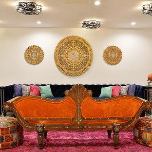 マイアミの中くらいの地中海スタイルのおしゃれな独立型リビング (フォーマル、白い壁、淡色無垢フローリング、暖炉なし、テレビなし、ベージュの床) の写真