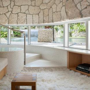 マイアミの中サイズのトロピカルスタイルのおしゃれな独立型リビング (ライブラリー、暖炉なし、テレビなし、白い壁) の写真