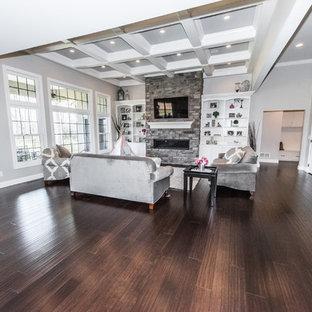 ボルチモアのコンテンポラリースタイルのおしゃれなリビング (竹フローリング、茶色い床) の写真