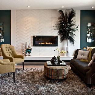 Idéer för ett klassiskt vardagsrum, med blå väggar och en bred öppen spis