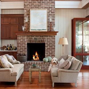 アトランタの中くらいのトラディショナルスタイルのおしゃれなリビング (白い壁、無垢フローリング、レンガの暖炉まわり、標準型暖炉) の写真