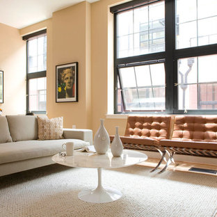 Idee per un soggiorno design con pareti beige e parquet chiaro