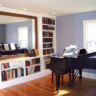 Idee per un soggiorno chic di medie dimensioni e chiuso con sala della musica, pareti viola, parquet chiaro, nessun camino, nessuna TV e pavimento marrone