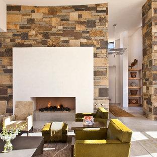 Foto di un ampio soggiorno moderno aperto con camino lineare Ribbon, sala formale, pareti bianche, TV nascosta, cornice del camino in intonaco e pavimento grigio