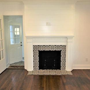 アトランタの中サイズのカントリー風おしゃれなLDK (標準型暖炉、タイルの暖炉まわり、フォーマル、白い壁、濃色無垢フローリング、テレビなし、茶色い床) の写真
