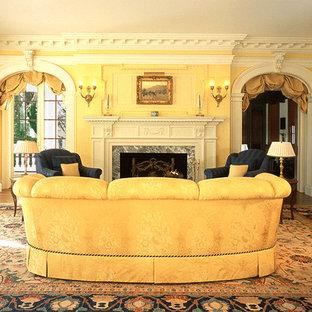 Foto di un grande soggiorno chic chiuso con sala formale, pavimento in legno massello medio, pareti gialle, camino classico, cornice del camino in pietra e nessuna TV