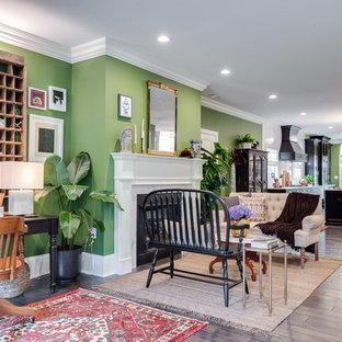 Idee per un grande soggiorno tropicale aperto con pareti verdi, parquet scuro, camino classico, cornice del camino in intonaco, sala formale, nessuna TV e pavimento marrone