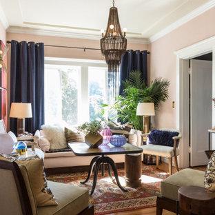 Abgetrenntes Klassisches Wohnzimmer mit rosa Wandfarbe, braunem Holzboden und braunem Boden in San Francisco