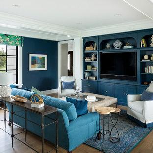 Modelo de salón abierto, clásico renovado, de tamaño medio, con paredes azules, suelo de madera en tonos medios, televisor colgado en la pared y suelo marrón