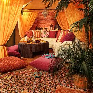 Foto de salón cerrado, mediterráneo, de tamaño medio, sin chimenea y televisor, con paredes marrones, moqueta y suelo rojo