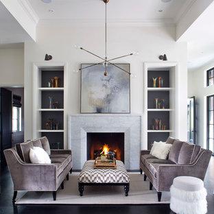 Idee per un soggiorno classico con pareti bianche, parquet scuro, camino classico, cornice del camino in pietra e pavimento nero