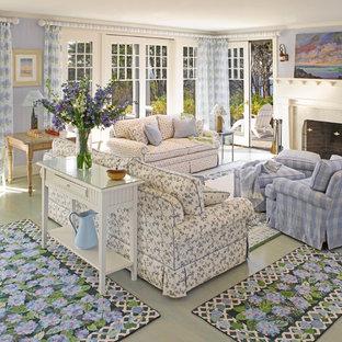 Ispirazione per un soggiorno costiero con pareti viola, pavimento in legno verniciato e pavimento verde