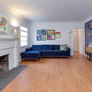Aménagement d'un grand salon contemporain fermé avec un mur bleu, un sol en liège, une cheminée standard, un manteau de cheminée en brique, aucun téléviseur et un sol beige.