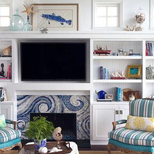サンディエゴのビーチスタイルのおしゃれなリビング (白い壁、濃色無垢フローリング、標準型暖炉、タイルの暖炉まわり、壁掛け型テレビ) の写真