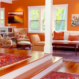 Foto de salón para visitas tipo loft, clásico renovado, de tamaño medio, sin chimenea y televisor, con parades naranjas, suelo de madera clara y suelo beige