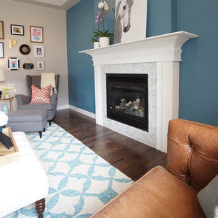 インディアナポリスの中くらいのトランジショナルスタイルのおしゃれな独立型リビング (フォーマル、青い壁、濃色無垢フローリング、標準型暖炉、タイルの暖炉まわり、テレビなし、茶色い床) の写真