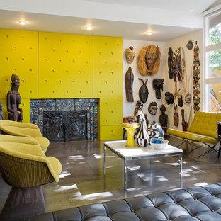 Immagine di un soggiorno eclettico con cornice del camino piastrellata