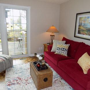 Esempio di un soggiorno boho chic di medie dimensioni e aperto con pareti beige, pavimento giallo e pavimento in legno massello medio