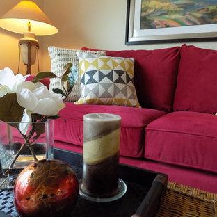 Esempio di un soggiorno eclettico di medie dimensioni e aperto con pareti beige, pavimento giallo e pavimento in legno massello medio