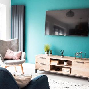 Ejemplo de salón abierto, retro, pequeño, sin chimenea, con paredes verdes, suelo vinílico, televisor colgado en la pared y suelo gris