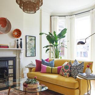 Imagen de salón tradicional renovado, de tamaño medio, sin televisor, con paredes blancas y estufa de leña