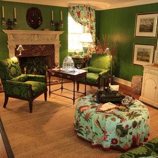 Ispirazione per un soggiorno tropicale con sala formale, pareti verdi, parquet chiaro, camino classico e cornice del camino in cemento