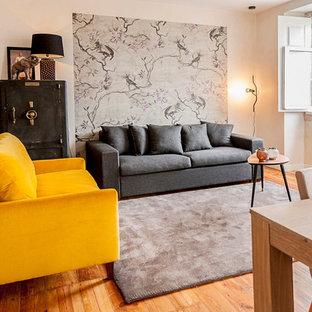 他の地域の中サイズのコンテンポラリースタイルのおしゃれな独立型リビング (フォーマル、ベージュの壁、無垢フローリング、暖炉なし、据え置き型テレビ) の写真
