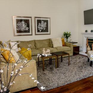 サンフランシスコの中サイズのトランジショナルスタイルのおしゃれなLDK (ベージュの壁、濃色無垢フローリング、標準型暖炉、木材の暖炉まわり、壁掛け型テレビ、白い床) の写真