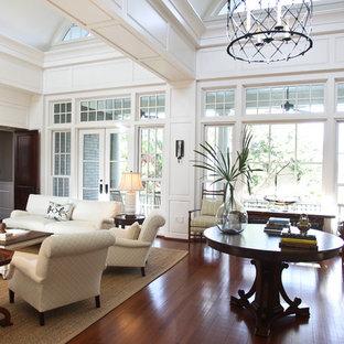 Cette image montre un très grand salon bohème avec un mur blanc.