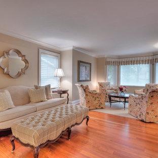 Ispirazione per un grande soggiorno chic aperto con sala formale, pareti gialle, pavimento in legno massello medio e nessuna TV