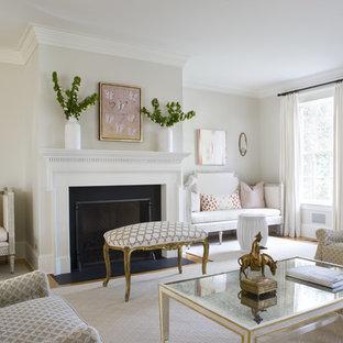 ワシントンD.C.のトラディショナルスタイルのおしゃれな独立型リビング (白い壁) の写真