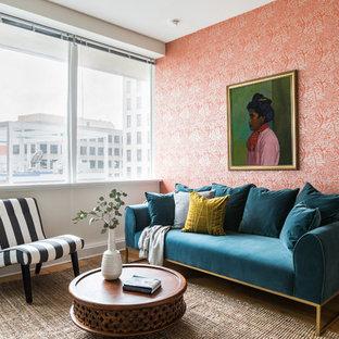 Ejemplo de salón ecléctico, pequeño, con paredes rojas y suelo de madera clara