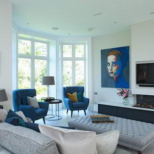 Immagine di un soggiorno design con pareti bianche, camino lineare Ribbon e TV a parete